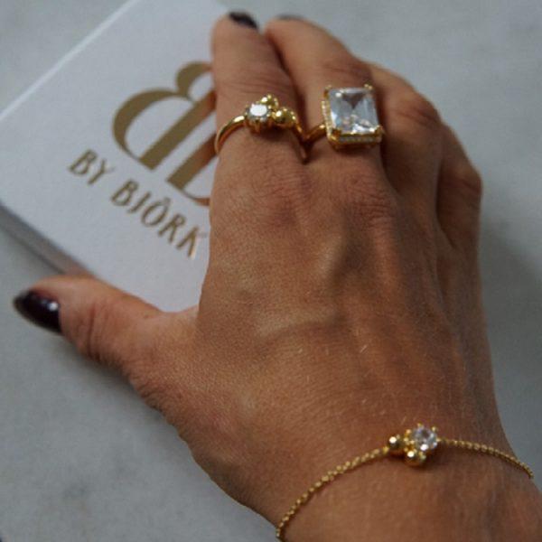 armband med guldpärlor och sten