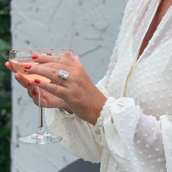 silverring med vit glimmande sten