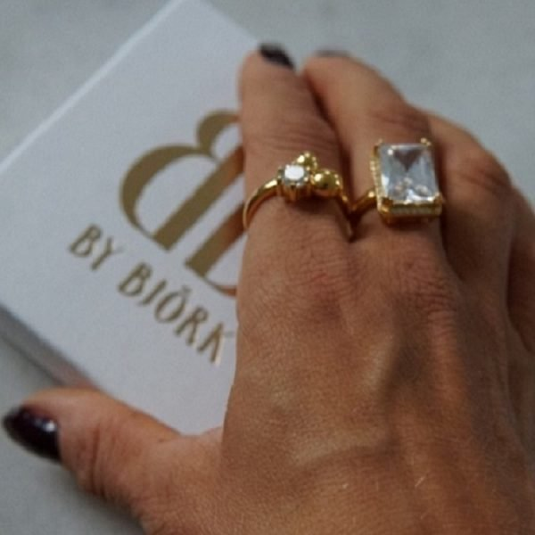 ring i guld med gnistrande vit sten