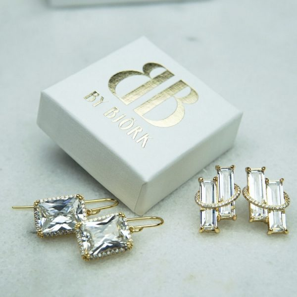 örhängen i guld med rektangulära vita stenar