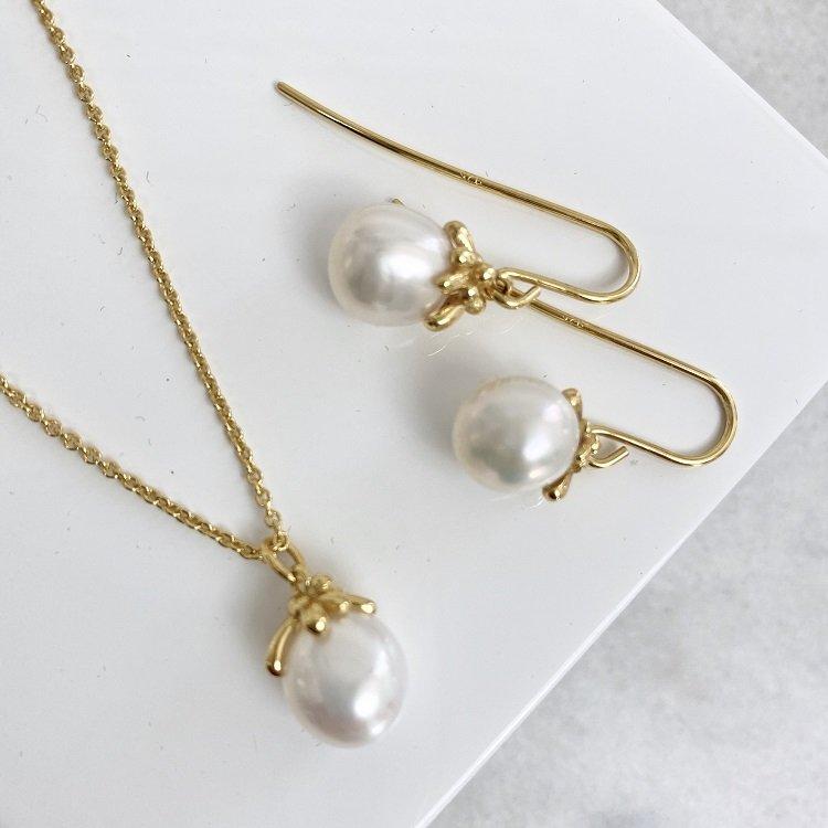 örhängen i guld med vit pärla