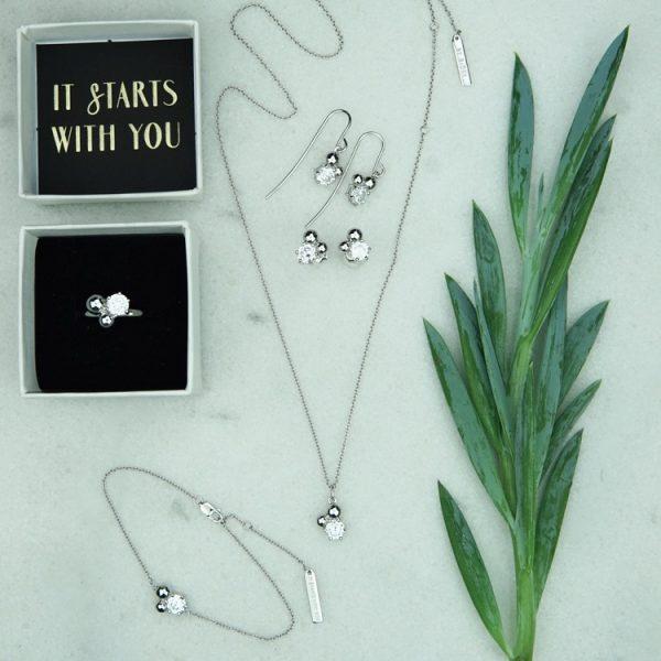 armband i silver med silverpärlor och vit sten