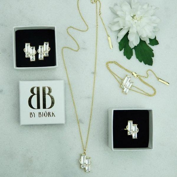 vackert armband i guld med vita cubic zirkoner