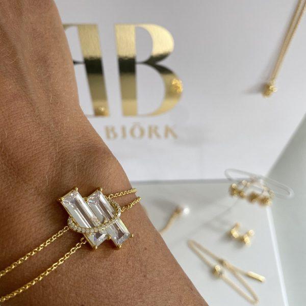 armband i guld med stenar