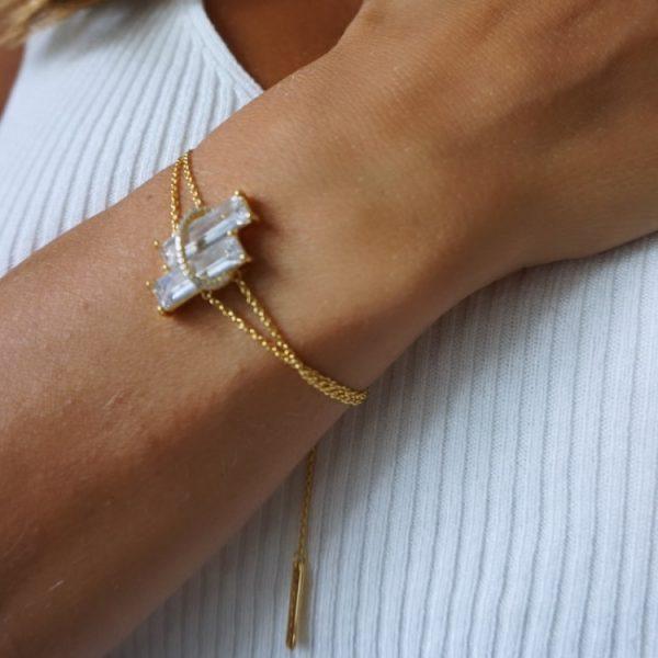guldarmband med stenar