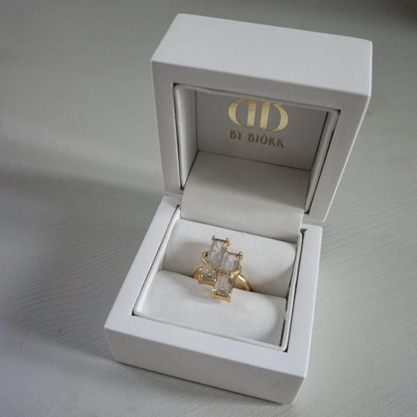unik ring i guld med vita stenar