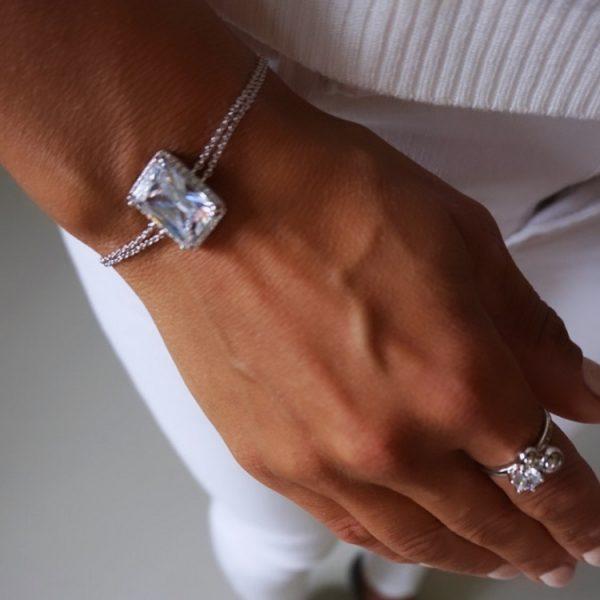 silverarmband med sten som gnistrar