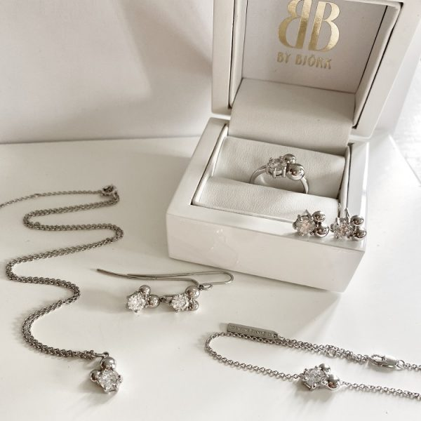 ring i silver med silverpärlor och sten