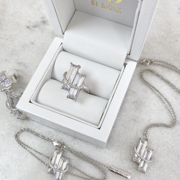 armband i silver med två rektangulära stenar och små stenar runt om